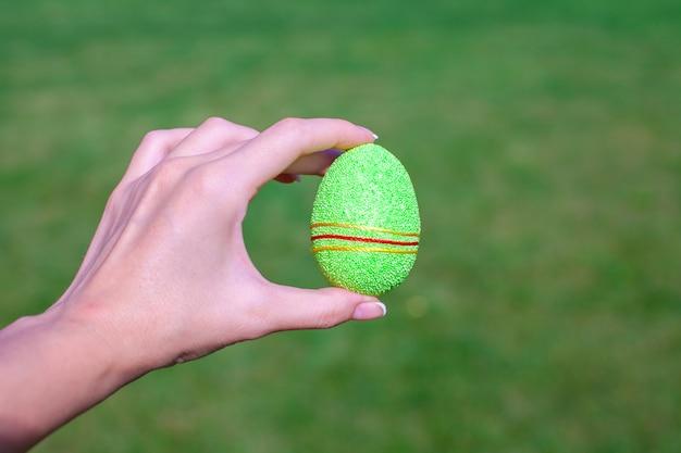 Ovo de páscoa lindo brilhante na mão