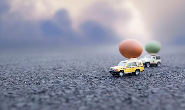 Ovo de páscoa no carro de brinquedo. cor vintage em tons