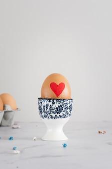 Ovo de páscoa tradicional com coração pintado