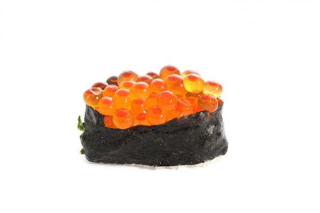 Ovo de salmão no rolo de sushi nigiri