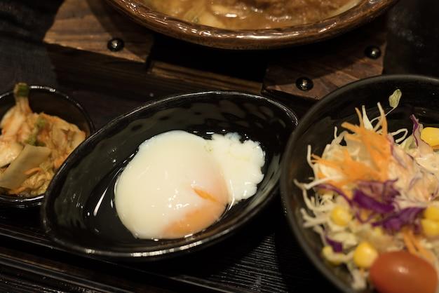 Ovo e salada comida na mesa