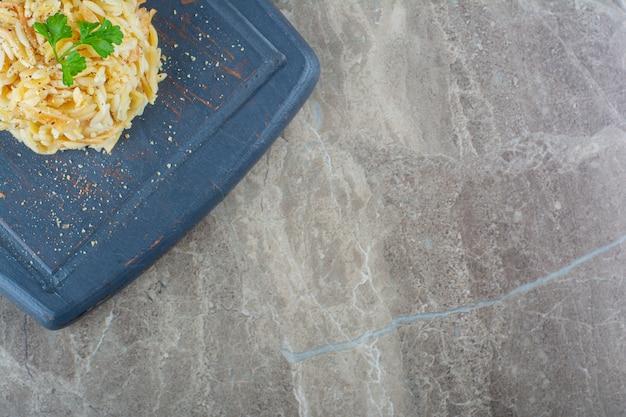 Ovo fatiado e arroz em uma bandeja, sobre o mármore.