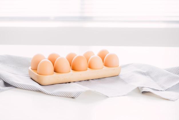 Ovo fresco cru da fazenda no pacote no ingrediente de mesa cinza para a preparação do café da manhã omelete de ovos mexidos ovo frito
