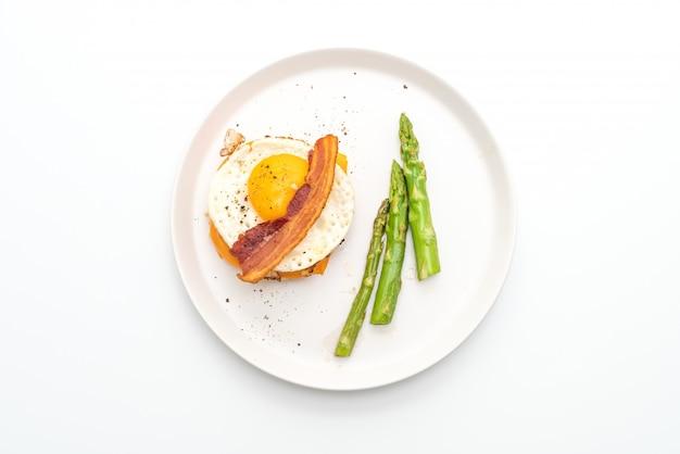 Ovo frito com bacon e queijo na panqueca forbreakfast