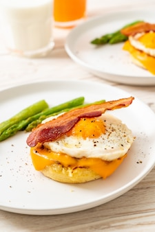 Ovo frito com bacon e queijo na panqueca