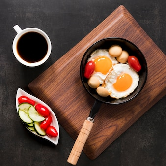 Ovo frito e legumes no café da manhã