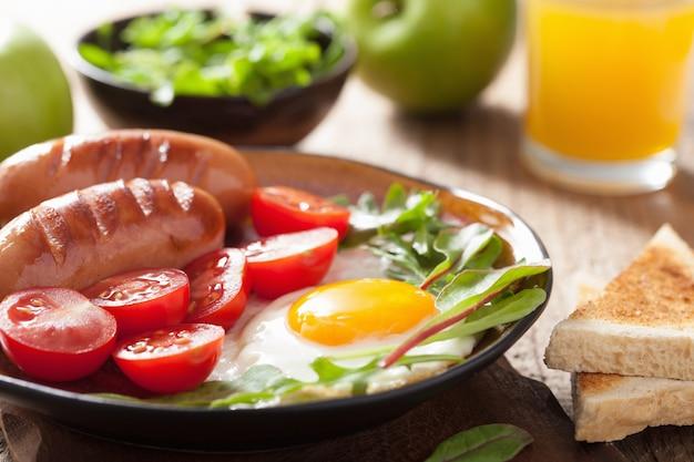 Ovo frito, linguiça, tomate para café da manhã saudável