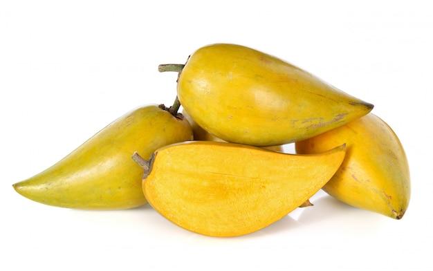 Ovo frutas, canistel, sapote amarelo (pouteria campechiana (kunth) baehni) em branco