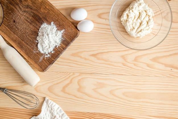 Ovo, manteiga, leite, para panquecas em madeira