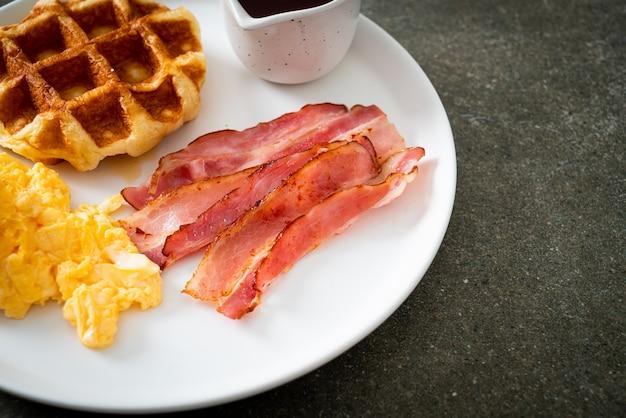 Ovo mexido com bacon e waffle no café da manhã