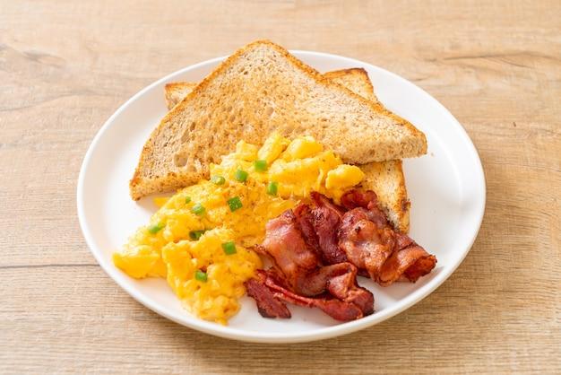 Ovo mexido com pão torrado e bacon no café da manhã