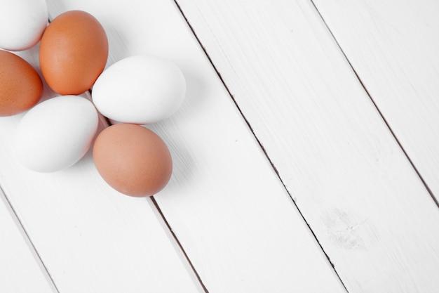 Ovo na mesa de madeira. ovo de galinha