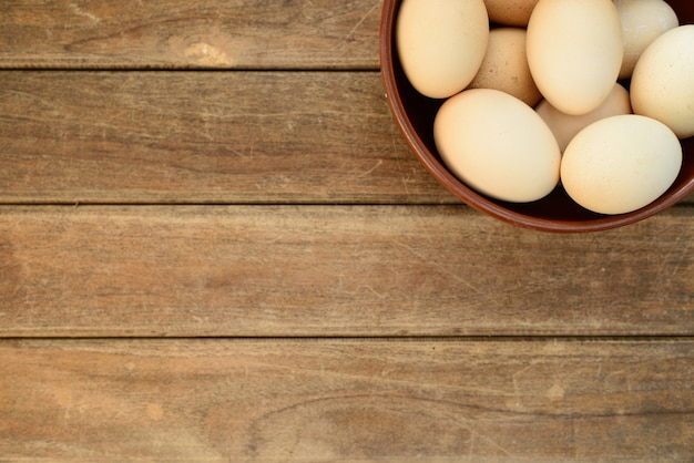 Ovo no prato no antigo fundo de mesa de madeira