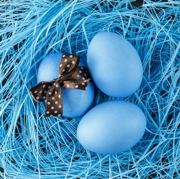 Ovos azuis com laço marrom. conceito de páscoa