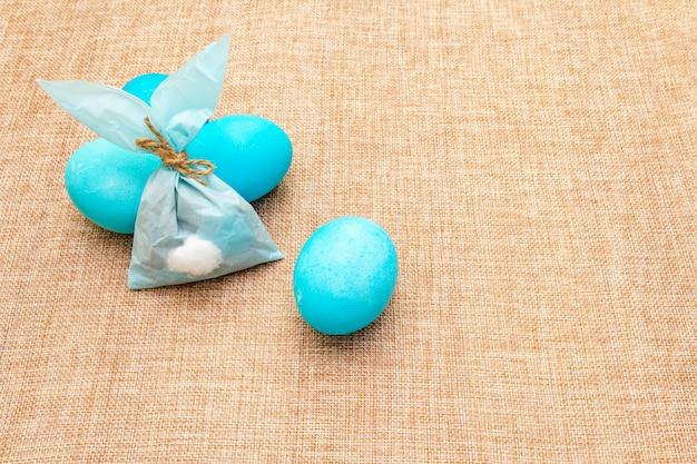 Ovos azuis e coelho de papel azul para a páscoa