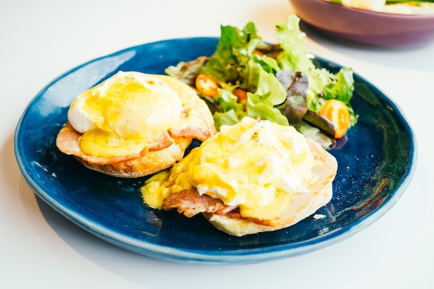 Ovos benedict com presunto e molho no topo