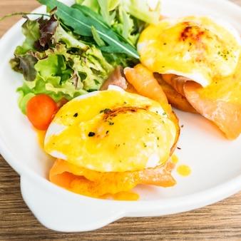 Ovos benedict com salmão defumado