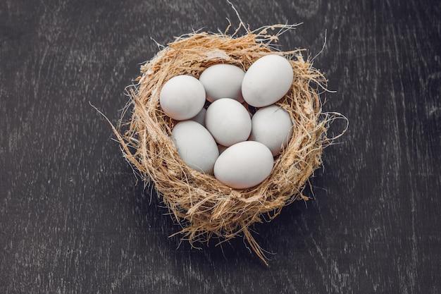 Ovos brancos de páscoa no ninho