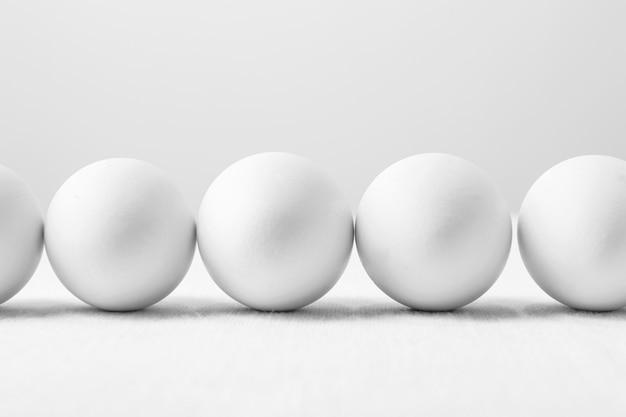 Ovos brancos de vista frontal na mesa