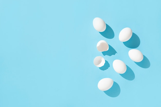 Ovos brancos em azul