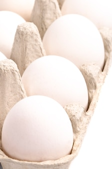 Ovos brancos em embalagem closeup