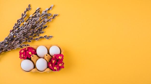 Ovos brancos em rack com ramos de salgueiro