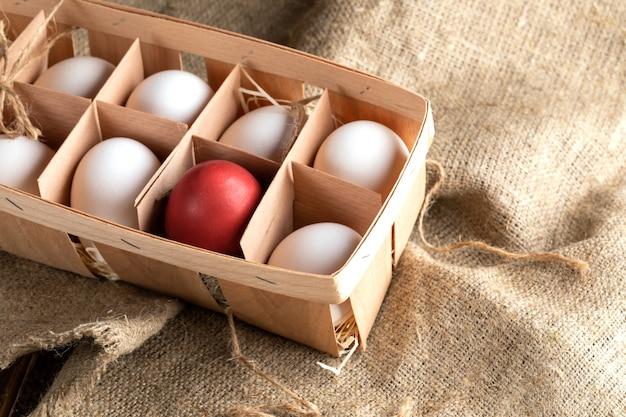 Ovos brancos em uma caixa de madeira ecológica