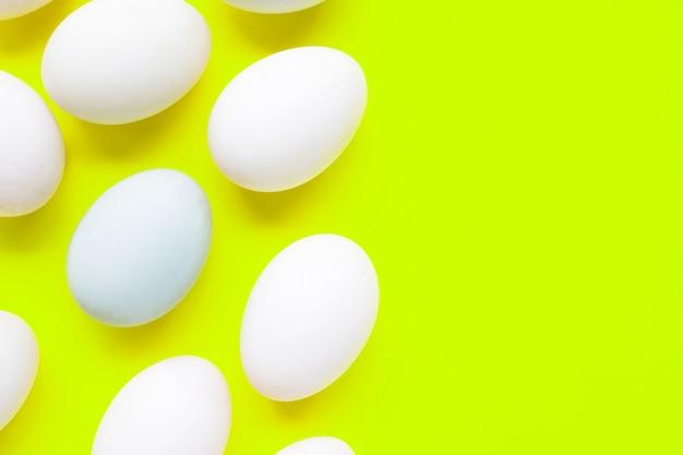 Ovos brancos em verde.