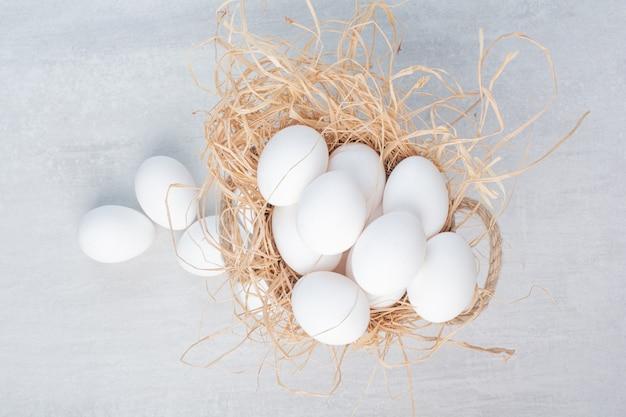 Ovos brancos frescos em fundo de mármore.