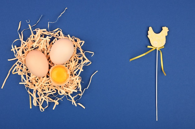 Ovos caseiros naturais em uma bandeja. uma bandeja de ovos em um fundo branco e rosa. bandeja ecológica com testículos. tendência minimalista, vista superior. bandeja de ovos. conceito de páscoa