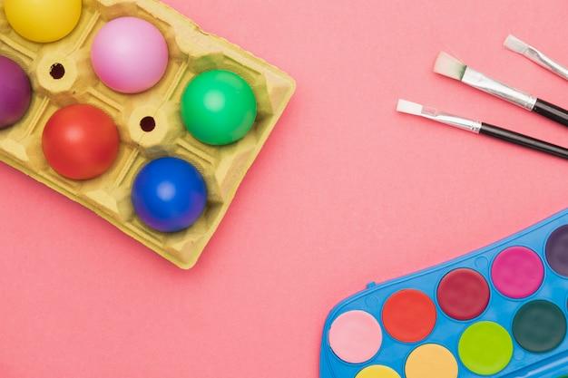 Ovos coloridos e ferramentas de pintura