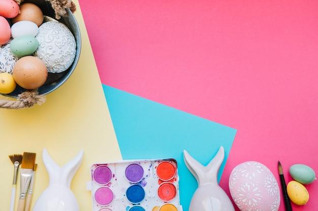 Ovos coloridos e figurinhas de lebre