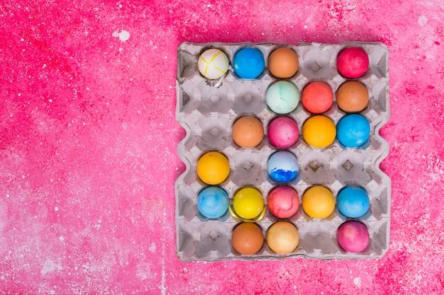 Ovos coloridos na bandeja quadrada