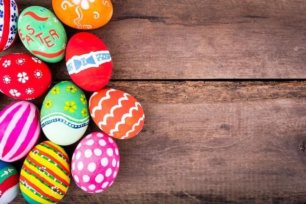 Ovos coloridos sobre uma mesa de madeira
