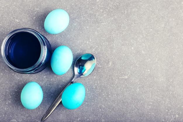 Ovos coloridos, uma lata de corante alimentar, preparação para colorir na páscoa.