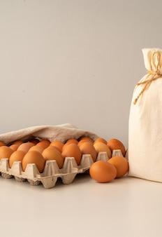 Ovos com farinha e cópia-espaço