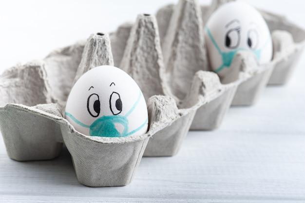 Ovos com máscaras médicas distanciavam-se uns dos outros parecendo assustados