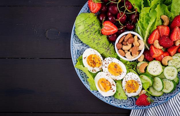Ovos cozidos, abacate, pepino, nozes, cereja e morangos