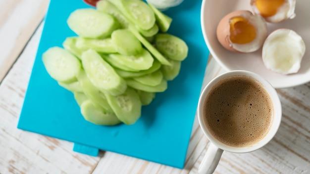 Ovos cozidos, com, fresco, pepino, salada, e, xícara café, pequeno almoço, jogo, -, vista superior, café manhã, alimento, conceito
