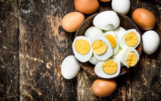 Ovos cozidos em uma tigela