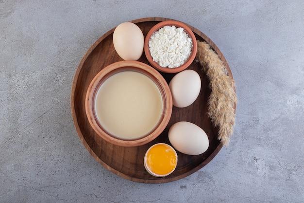 Ovos crus de galinha branca fresca com leite e farinha.