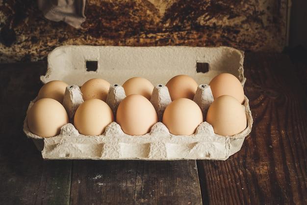 Ovos crus em uma caixa de papelão