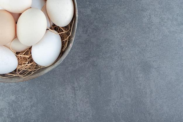 Ovos crus orgânicos em uma tigela de metal.