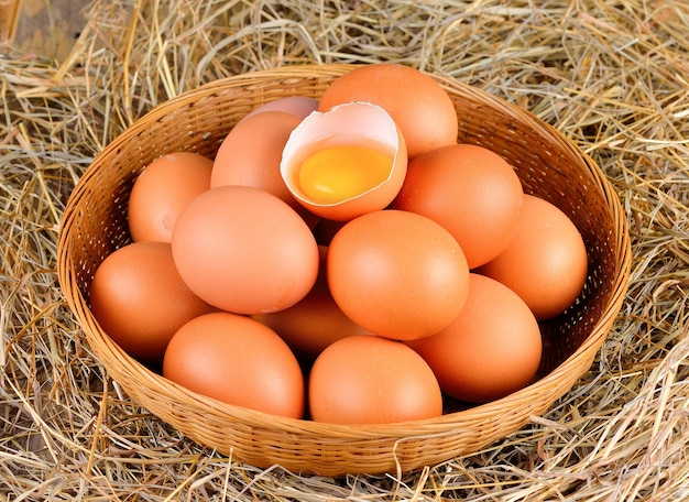 Ovos crus rachados em uma tigela de madeira