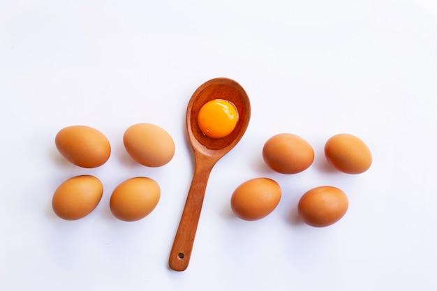 Ovos da galinha com gema no fundo branco.