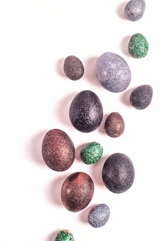 Ovos da páscoa brilhantes no brilho de cores diferentes em um fundo branco.