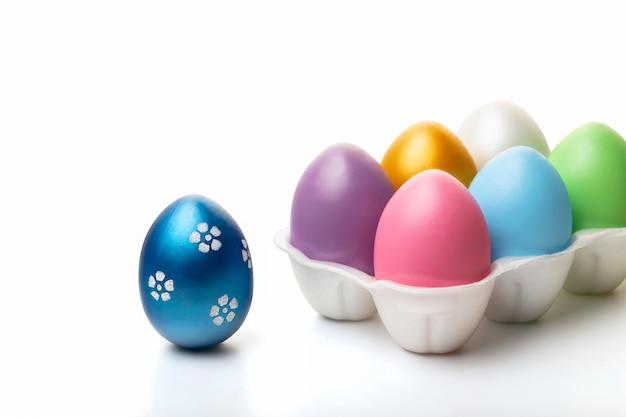 Ovos da páscoa coloridos isolados no fundo branco. conceito de páscoa fechar-se.