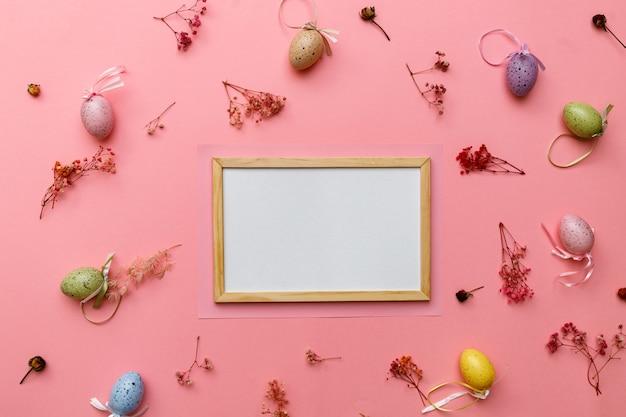 Ovos da páscoa coloridos no rosa com copyspace.