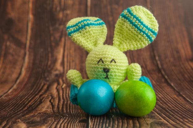 Ovos da páscoa e brinquedo coloridos bonitos do coelho.