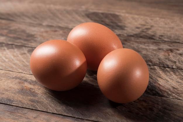 Ovos de alto ângulo em fundo de madeira